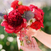 Красный букет невесты из астр и пионов