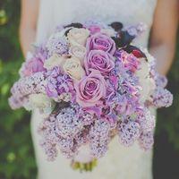 Нежно-сиреневый весенний букет невесты из роз, гортензий и сирени