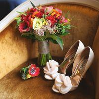 Лодочки-деленки для невесты и свадебный букет в старом плюшевом кресле