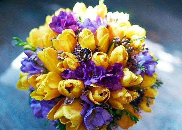 Букет невесты из желтых тюльпанов и сиреневых фрезий  - фото 2689301 Галерея цветов - Свадебное оформление