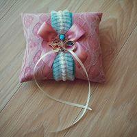 Розовая подушечка для колец с голубой брошью