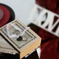 Книга как подушечка для колец в коричнево-белых тонах