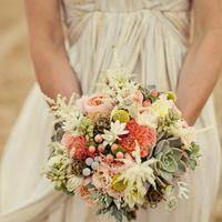 Букет невесты в розово-белых тонах с зелеными сукулентами