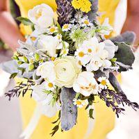 Оригинальный букет невесты из белых ромашек, ранункулюсов и тюльпанов