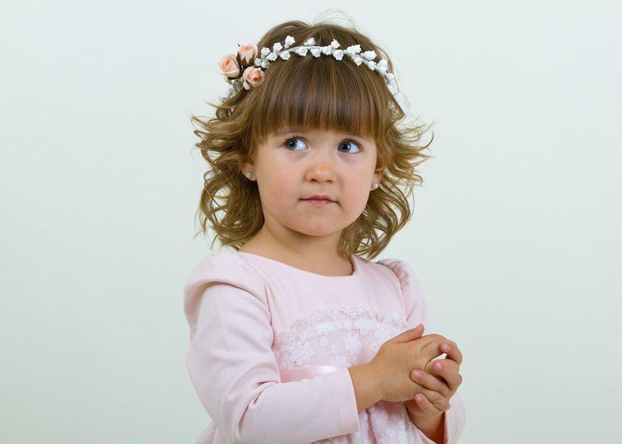Маленькая девочка стоит сложив ручки в нарядном бледно-розовом платье с нежным веночком на голове - фото 1637653 Олеся Галущенко - свадебные аксессуары