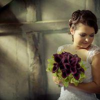 Зелено-фиолетовый букет из орхидей и калл