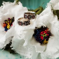 Подушечка из льняных цветов с кольцами