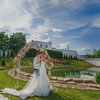 Солнечная церемония Наташи и Димы со свадьбы в стиле французский шик с коралловыми и розовыми пионами в оформлении!