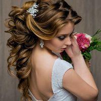 Свадебная прическа, собранная из локонов на длинные волосы.