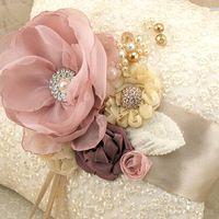 Кружевная подушечка для колец цвета айвори с объёмными шелковыми цветами