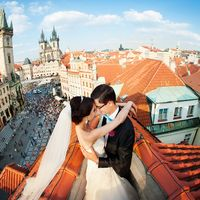 Фотосессия на крыше на фоне Староместской площади (Starom?stsk? n?m?st?), Прага, Чехия