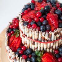 Лучшее украшение летнего стола - невероятно ягодный торт. Голубика, малина, клубника, смородина... Что еще нужно для счастья? Ах да, палочки из молочного и белого бельгийского шоколада. Это оно :)
