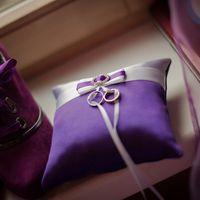 Сиреневая подушечка для колец с атласным бантом