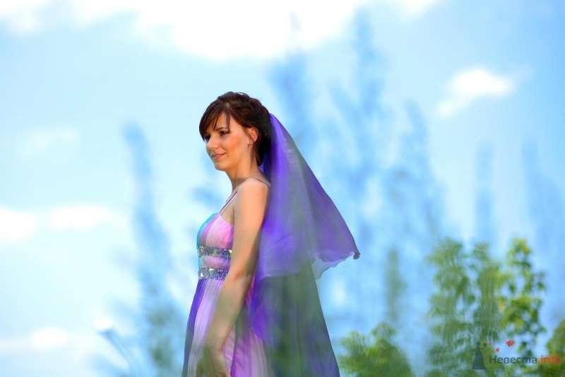 Невеста в сиреневом длинном платье стоит на фоне зелени - фото 45718 Невеста01