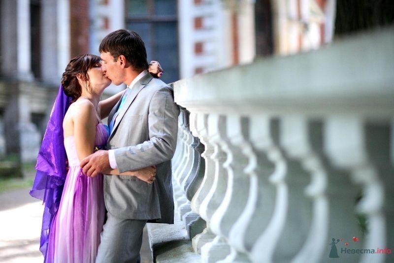 Жених и неевста целуются на фоне здания - фото 45745 Невеста01