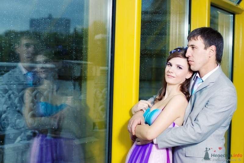 Жених и невеста стоят, прислонившись друг к другу, у большого окна - фото 53164 Невеста01