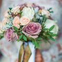 Букет невесты из трех видов роз, брунии и декоративной зелени.