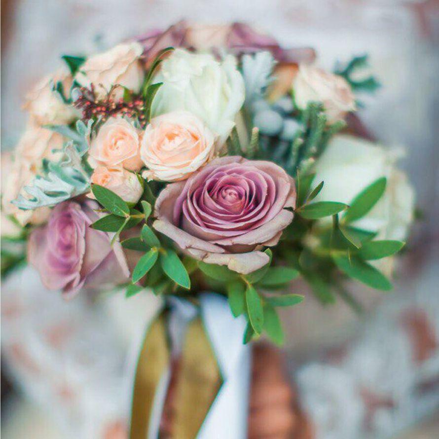 Букет невесты из трех видов роз, брунии и декоративной зелени. - фото 16733642 Флорист Юрина Алёна