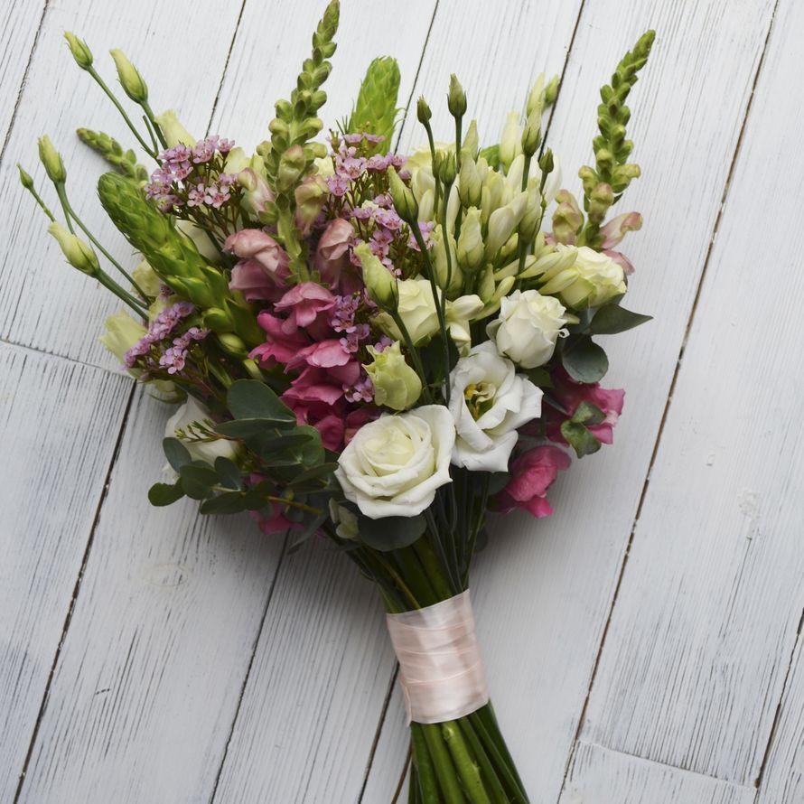 Букет невесты из антирринума, кустовой розы, лизиантуса и хамелациума. - фото 16733648 Флорист Юрина Алёна
