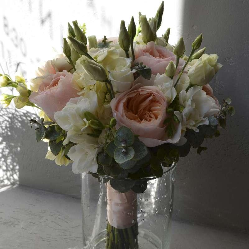Букет невесты из пионовидной розы, фрезий, лизиантуса и эвкалипта - фото 16733718 Флорист Юрина Алёна