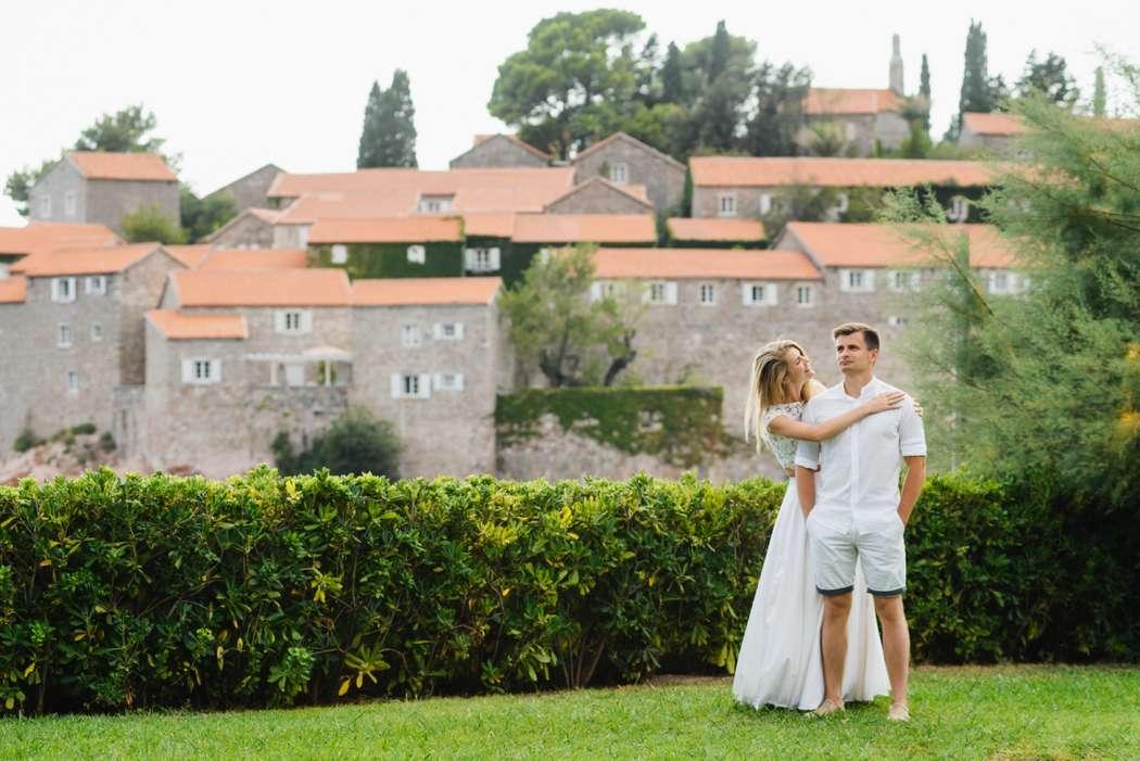 """Свадебная фотосъёмка - Продолжительность до 10 часов (можно разделить на 2 дня) - Два фотографа - Все фото с цветокоррекциией (60 штук за час съёмки) - 30 фото с ретушью Стоимость - 1000€ - фото 17839624 Фото-дуэт """"Параллели"""""""