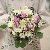 Свадебный букет на своих ногах из фрезии, розы , брунии , тюльпанов , гвоздики , зелени . Цена букета 4000 руб. / .