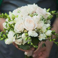 № 0063  Свадебный букет на своих ногах из пионовидной розы, фрезии, кустовой розы, зелени.Цена 4200 руб. т. 8(846)260-50-05