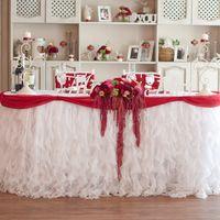 Малиновая ягодная свадьба стол молодых
