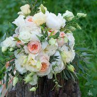 букет невесты с пионами