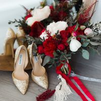 Бордовый малиновый букет невесты