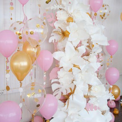 Фотозона с белыми цветами и шарами