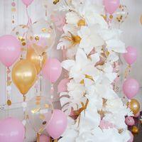 фотозона с гигантскими белыми цветами и шариками