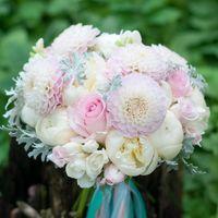 Бело-розовый букет невесты с георгинами