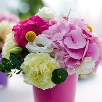 Цветочная композиция на гостевом столе. Свадебное оформление на берегу Финского залива.