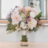 Букет невесты из астр, роз и скимии в розовой гамме