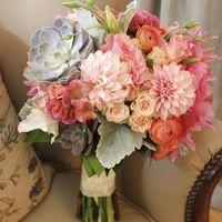 Мятно-розовый букет невесты из астр, роз и эустом