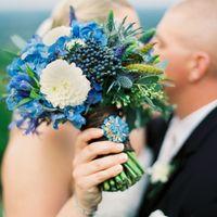 Яркий голубой букет невесты из дельфиниумов и астр