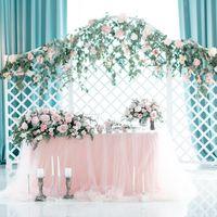 Оформление стола молодожёнов для классической свадьбы