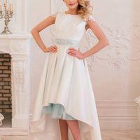 Стильное свадебное платье с кружевной спиной и закрытыми плечами. Короткое свадебное платье со шлейфом Биатрис дополнено цветным поясом с богатой вышивкой. Пояс может быть выполнен в любом цвете. Прозрачная кружевная спинка смотрится потрясающе, а небольш