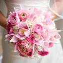 Круглый розовый букет невесты в стиле Шебби Шик из нежно-розовых орхидей, белых гортензий и розовых ранункулюсов