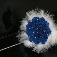 """Букет """"розамелия"""" из стабилизированной насыщенно-синей розы.  Белые перья марабу смотрятся очень нежными. Маленькие серебряные бусинки имитируют росу.  Такой букет можно изготовить заранее до даты свадьбы, он очень легок, его можно взять в заграничную п"""