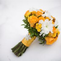 Желто-белый букет невесты из роз и астр