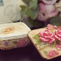 Шкатулка с розами в качестве подушечки для колец