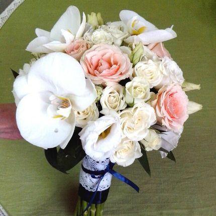 Букет невесты из розами и орхидеей Фаленопсис
