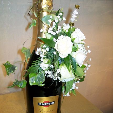 Декор шампанского живыми цветами