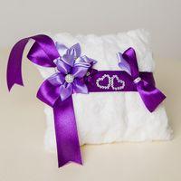 Меховая подушечка для колец с фиолетовым декором