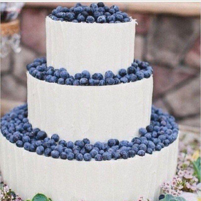 Трехъярусный торт белого цвета, украшен ягодами черники. - фото 2402908 Pernicious Habit