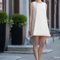 Bermude: фигурное платье для тех, кто не боится смелых решений.  Ткани и материалы: сатин-микадо Цвет: платья: белый, небесный, жемчужный, кремовый Идея: шляпка с вуалью в форме ромба дополнит этот фигурный образ.