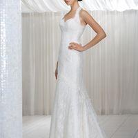 Adelle: утонченное кружевное платье со вкусом. Плавные линии декольте, изящный узор кружева создан для трепетного и страстного свадебного образа. Цвет платья: белый, кремовый Ткани и материалы: кружево Идея: это платье станет прекрасным обрамлением Ваш