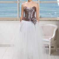 Alliance: прекрасное решение для текст невест, кто жаждет преображений! Под классической свадебной юбкой скрывается короткое платье, которое прекрасно подойдет для свадебной вечеринки. Цвет платья: белый, молочный, кремовый, шампань, жемчужно-серый, гол
